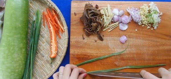 Sơ chế rau củ món cá lóc hấp bầu