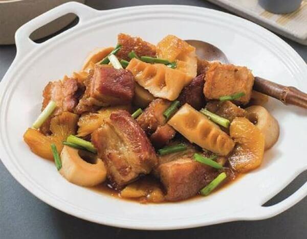 Hoàn thành món thịt heo kho măng