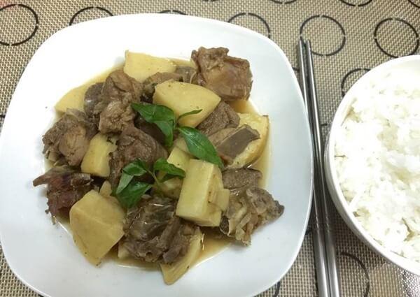 Hoàn thành món thịt vịt kho măng