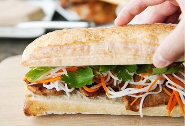 Hoàn thành món bánh mì kẹp thịt