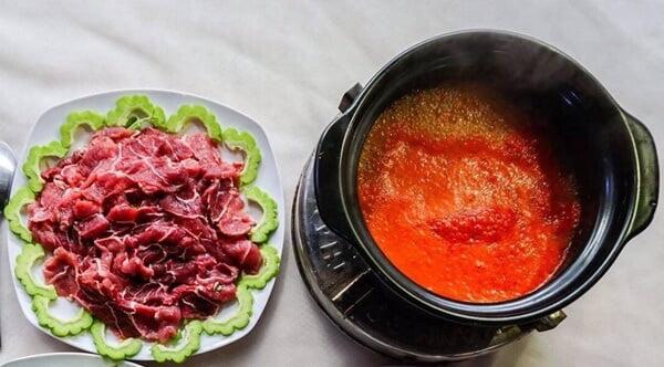 Bò nhúng ớt được xem là đặc sản ở miền Trung