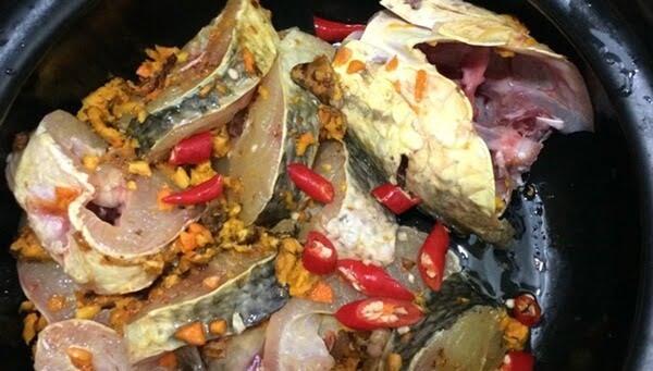 Cá lóc cắt khúc và ướp gia vị