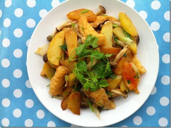 Hoàn thành món khoai tây xào rau củ