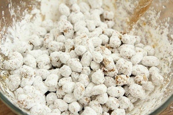 Phủ bột đều lên đậu phộng